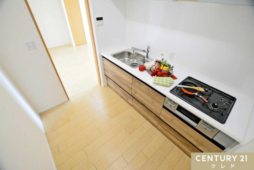 キッチン 三口ガスコンロで、新しいレシピもどんどん生まれるかもしれませんね!シンク下の収納も使いやすく便利です!是非お問い合わせください!センチュリー21クレド