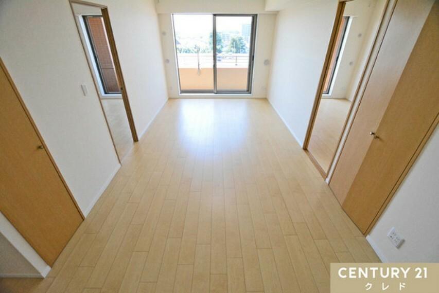 居間・リビング リビングの左右には、使い勝手の良い洋室6帖!水廻りも、便利な位置に配置されています!使い勝手の良さを是非、現地にてご確認ください!お問い合わせはセンチュリー21クレド