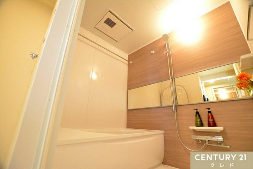 浴室 木目調で、心地よい浴室に仕上がっています!浴室換気乾燥暖房機もついているので、スッキリしないお天気でも洗濯物が乾きます!一日の疲れも、しっかり癒される空間になりそうです