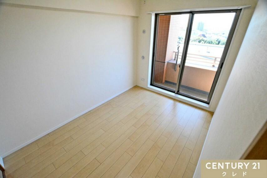 洋室 東側の洋室6帖は、広々クローゼット付き!シンプルな内装にはお好みの家具も合わせやすいので、ゆったりくつろげるお部屋、お客様に合わせたお部屋が実現できます!