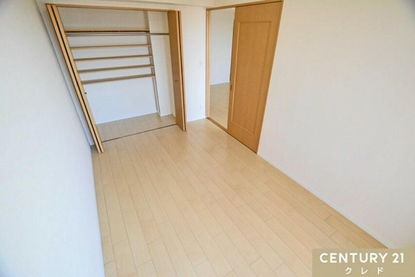 洋室 西側洋室6帖もクローゼット奥にも可動棚があるという便利な収納となっております!バッグや小物など片付いて便利な使い方が出来そうです