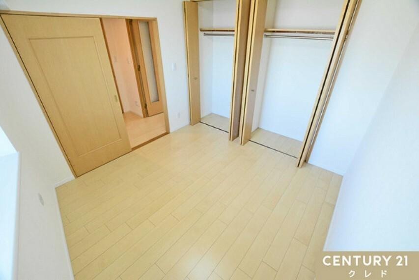 洋室 共有廊下側の洋室5.8帖クローゼットが二つあります。リビングからも離れていますので、静かに過ごせそうですリモートワークやオンライン授業にいかがでしょうか?