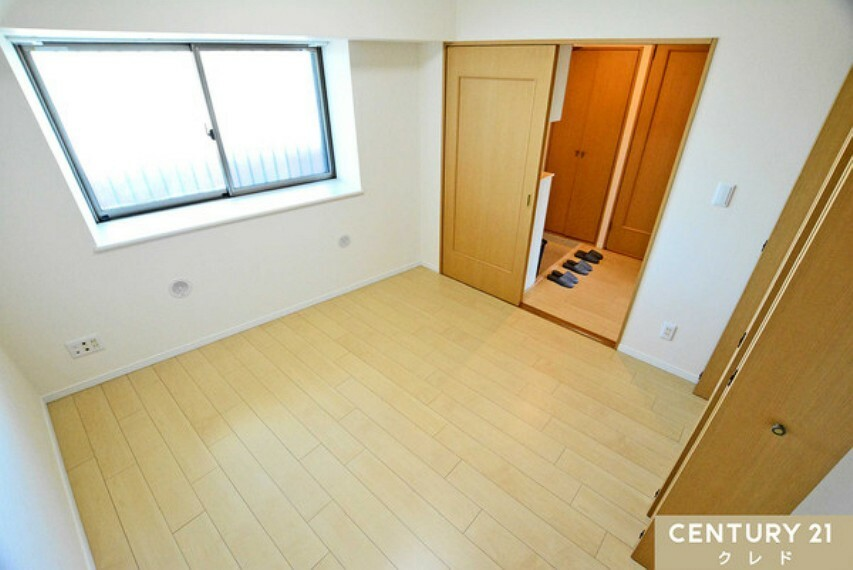 洋室 共有廊下側の洋室5.8帖には、出窓があります。