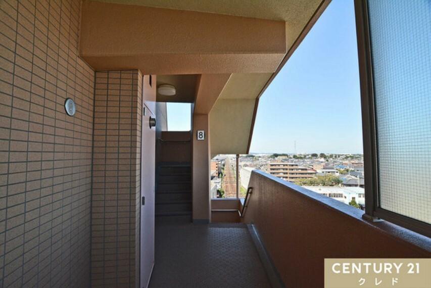 お部屋前の廊下部分です。共有部分も清潔に管理されております!こちらも眺望が良いですね
