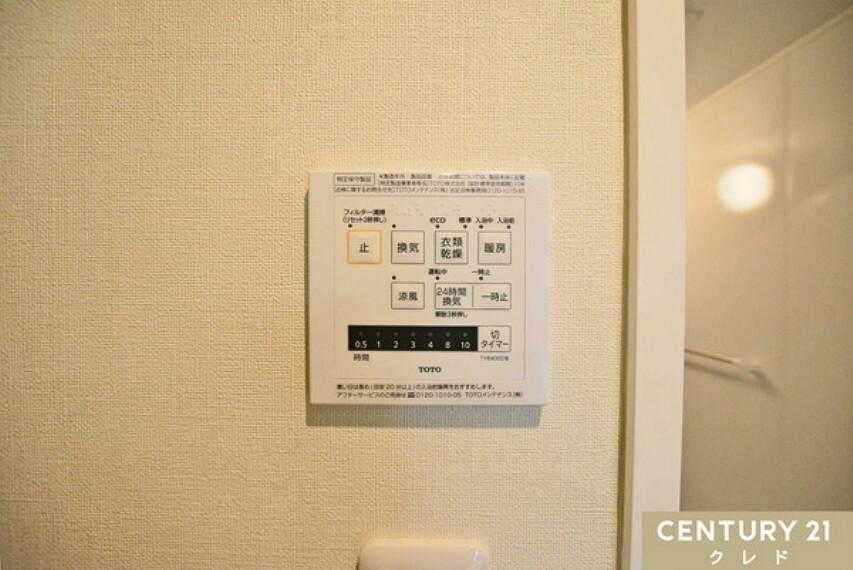 洗面化粧台 きれいな空気の給気と汚れた空気の排出を計画的に行う24時間換気システム採用。寒い冬は、浴室を温めておけば、ヒートショックの心配もなくなりますね!