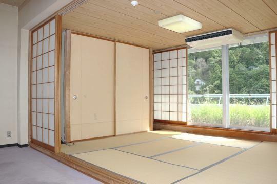 和室 正面は山の景色が広がります