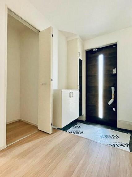 同仕様写真(内観) <同仕様写真>玄関脇には扉付きの収納がございますので外で使用するものや、お掃除用具を収納出来て玄関まわりをさらに広くお使いいただけます!