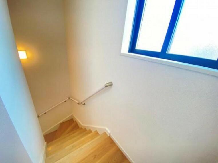 同仕様写真(内観) <同仕様写真>階段は手摺が付いた使う人みんなに優しい安全設計!窓付きで明るい!