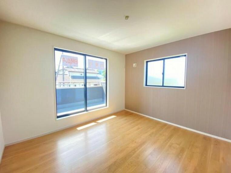 同仕様写真(内観) <同仕様写真>2面採光なので、両窓から光が差し込み室内は明るく居心地の良い空間が広がります。