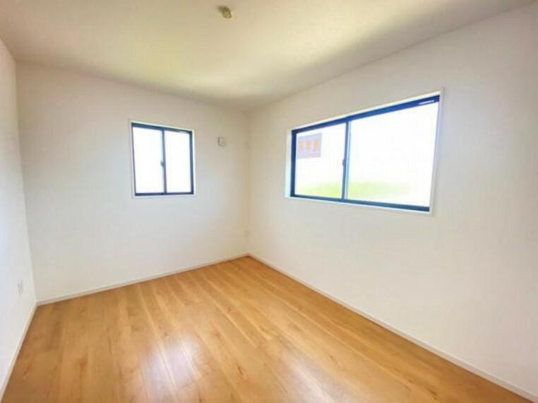 同仕様写真(内観) <同仕様写真>洋室は白が基調のシンプルなデザインなので、インテリアを配置して自分の好きな空間を作る楽しみが広がります。
