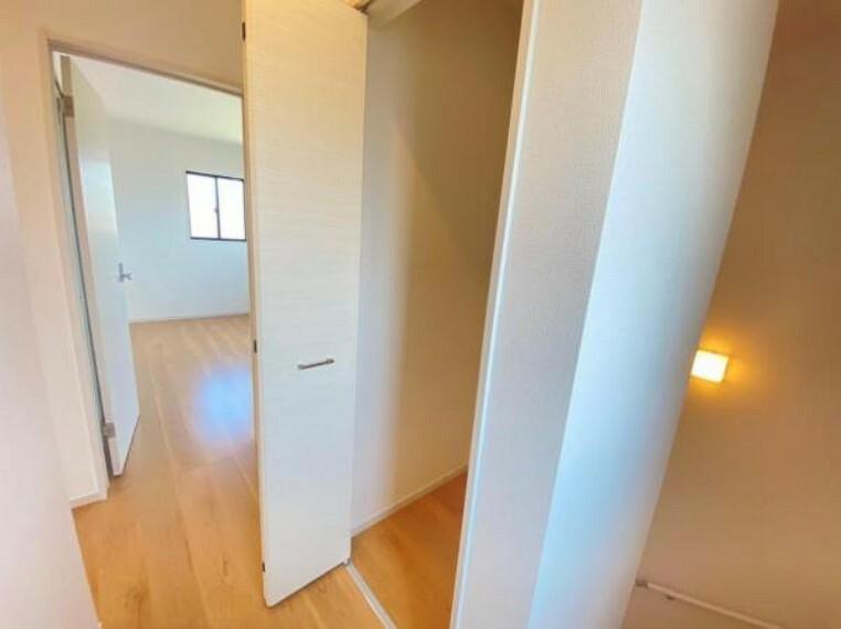 同仕様写真(内観) <同仕様写真>2階廊下にも収納があると暮らしが楽になりそう!奥の物も取りやすくクローゼットに入りきらない物を収納できます!