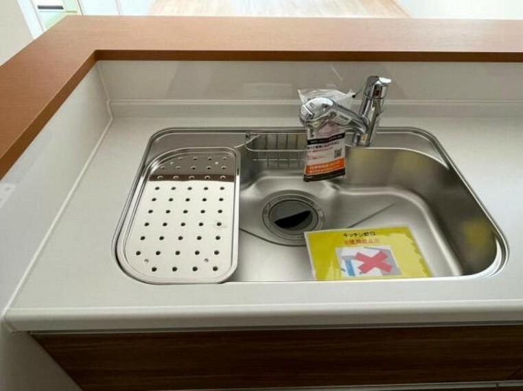 <同仕様設備>大きなお鍋も楽に洗える大きめシンク!蛇口の先端に浄水器を内蔵した一体型構造の水栓を採用。