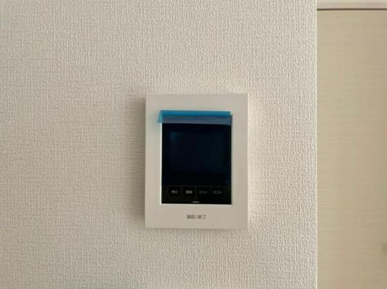 <同仕様設備>訪問者がひと目でわかるモニター付きインターホンを標準装備。お子さまのお留守番にも安心です(・ω・)