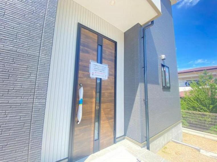 <同仕様設備>玄関ドアはピッキング対策に優れる2ロック式。家族を守るためのセキュリティ対策も安心です。