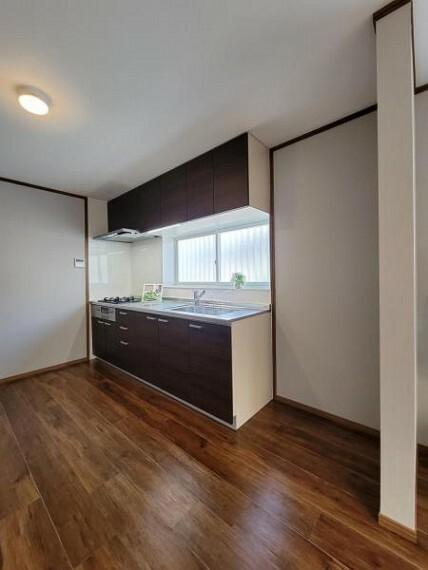 ダイニングキッチン 直線的な動線で作業がしやすい壁付け型キッチンを採用!