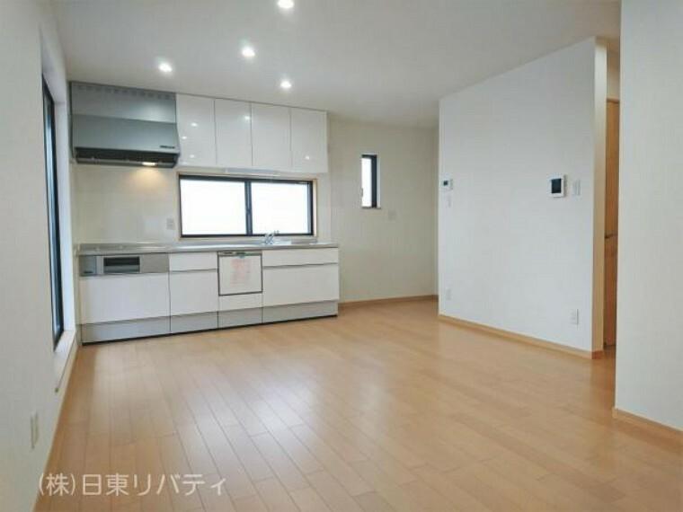 居間・リビング 明るい陽射しが差し込む2階リビングはプライバシー性も高いです。