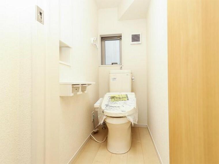 同仕様写真(内観) \同仕様写真/オート開閉のフタなので、手を触れず清潔・快適なトイレです!