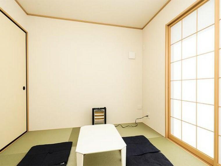 同仕様写真(内観) \同仕様写真/新しいい草香る畳スペースは、使い方色々!客室やお布団で寝るときにぴったりの空間ですね。