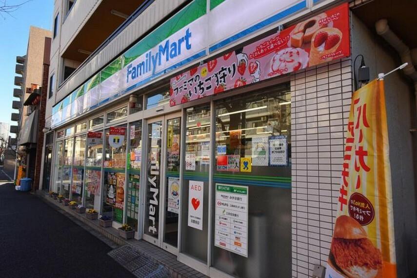 コンビニ ファミリーマート荒川東尾久店 徒歩6分。