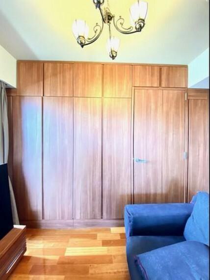 居間・リビング 壁面の収納を移動させるだけで手軽にお部屋を増やすことができます ライフスタイルに合わせた空間に