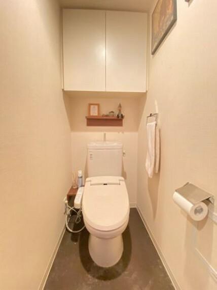 トイレ トイレの様子です。白で統一された清潔感のある空間です。上部には収納棚が付いています