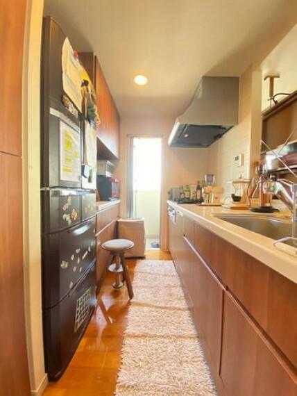 キッチン キッチンからバルコニーへの出入りができ、お料理後の気になるニオイや生ごみの処理などを屋外で済ませることができます!!