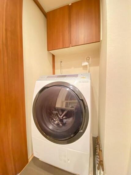 洗濯機置き場の様子です。上部には収納棚が付いています 洗剤や洗濯用品の置き場所として