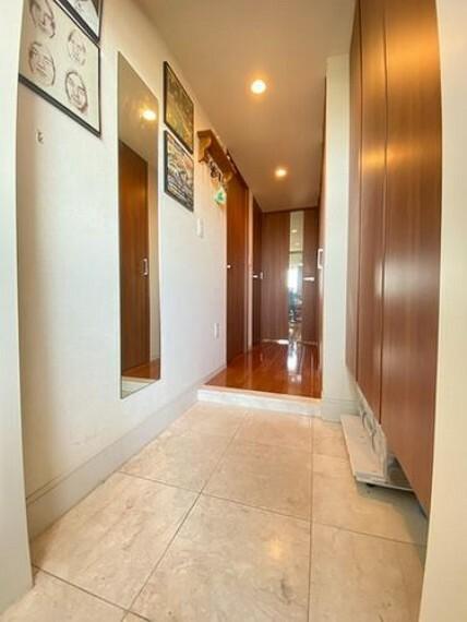 玄関 玄関の様子です。高級感のある大理石貼りの玄関スペース トールサイズの玄関収納が完備されています