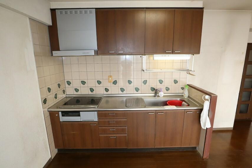 キッチン オール電化のIHクッキングヒーター付きのシステムキッチン