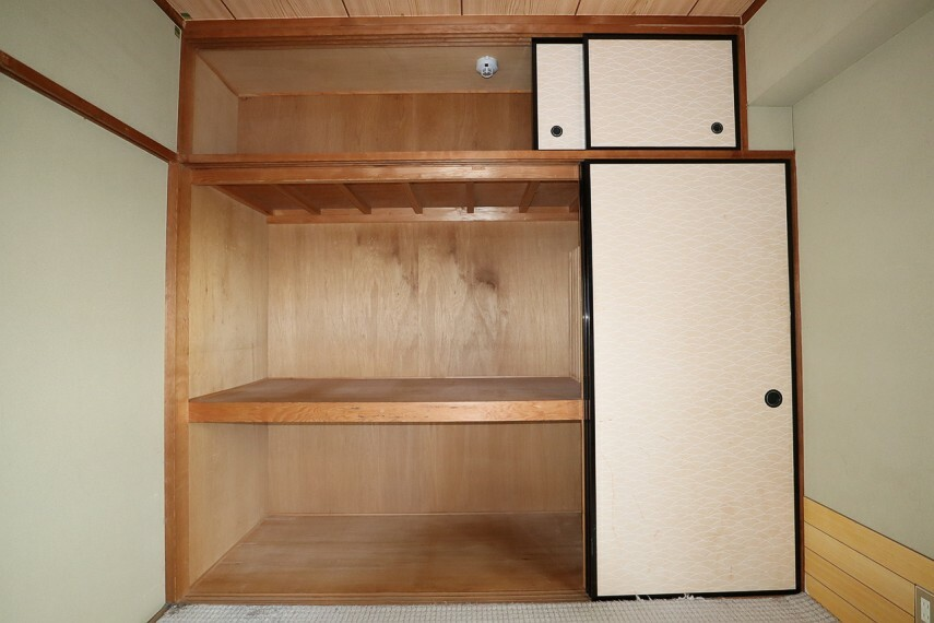 収納 南側に面した明るい和室にある大容量の押し入れ
