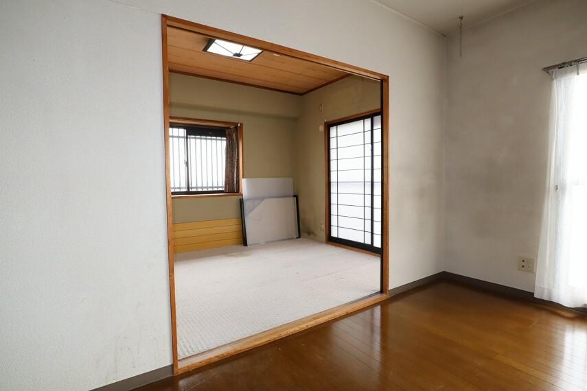 居間・リビング リビングが和室と隣接しており お子様のお昼寝や来客時にも使えそうです。