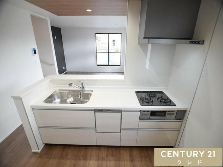 キッチン 開放的で清潔感のある人気の対面式キッチン!リビング全体の様子を眺めることができます。毎日使うキッチンだからこそこだわりたいですね!