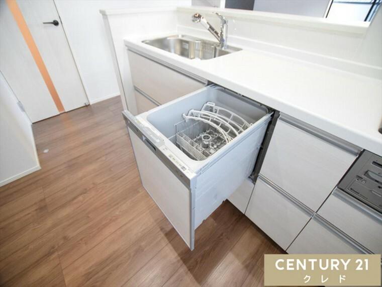 キッチン 食器洗浄乾燥機は家事の手助けになるだけでなく、殺菌効果や手荒れ予防になりますので、ありがたいですね!時間にゆとりが生まれて、お子様と遊んだり、ご自分のリラックスタイムにとお役立ちアイテム!