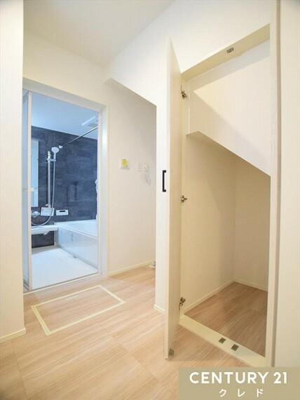 洗面化粧台 1階洗面室は、階段下を使ったリネン庫が便利です!着替えやバスタオル、洗剤の買い置きなど、仕舞えてスッキリした洗面室が保てそうです。
