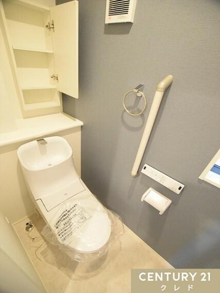 トイレ お洒落なトイレです!丸く流れるようなフォルムがキレイな便器を設置。2階と3階にそれぞれトイレがあるので、朝の込み合う時間帯も安心。