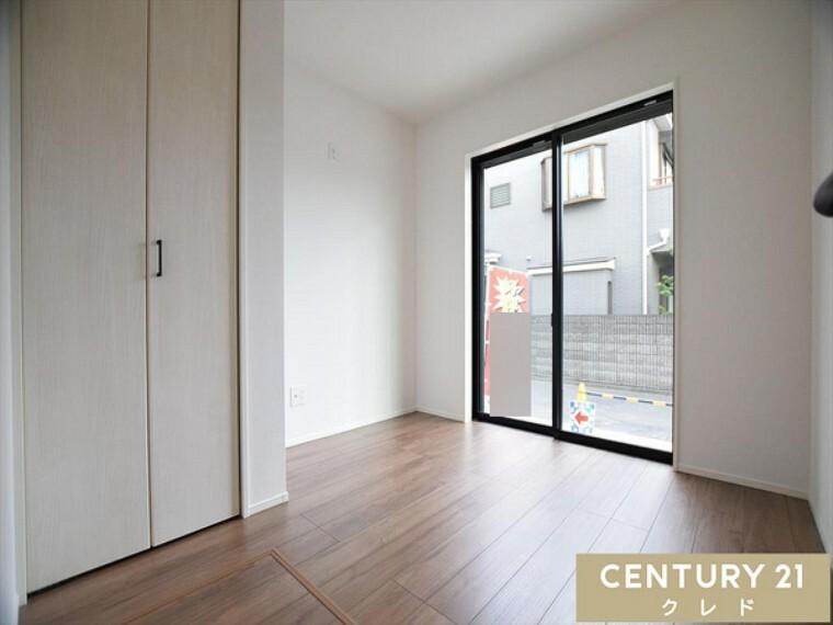 洋室 1階洋室4.12帖です。木目調のフローリングにホワイトの建具がシンプルに今っぽさを演出してくれます!窓からは、柔らかい陽射しが降り注ぎます。