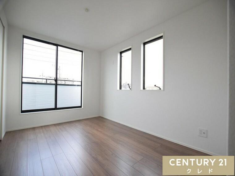 洋室 3階6.5帖 シンプルなお部屋には、ウォークインクローゼット付。 バルコニーにも出入り出来るので寝室にいかがでしょうか?