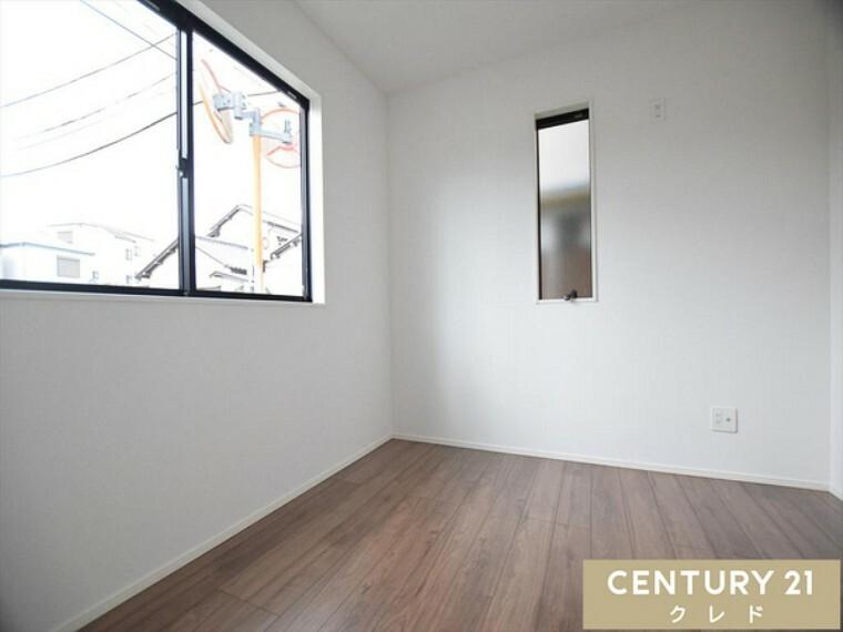 洋室 洋室4.75帖 シンプルなお部屋は、お好きな家具もレイアウトもしやすいので、お客様のお好みのお部屋にカスタマイズしてください!