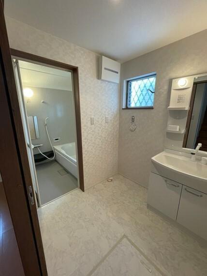 洗面化粧台 洗面所に床下収納がございます! ストック用品などの保管に便利となっております!