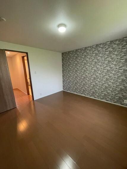 寝室 壁紙一面がアクセントになっているお洒落な空間です!