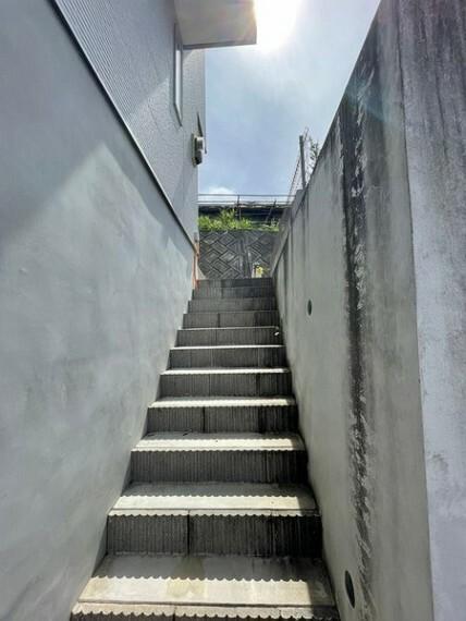 玄関 玄関を出るとすぐに階段がございます!