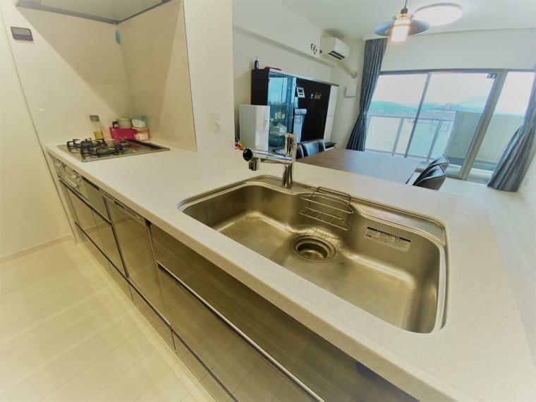 キッチン 機能性とデザイン性を兼ね備えたシステムキッチン。家族と対話しながら家事ができます