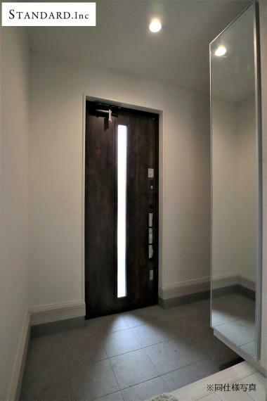 玄関 【同仕様写真】スマートドアポケットキー採用、姿見付きシューズボックス