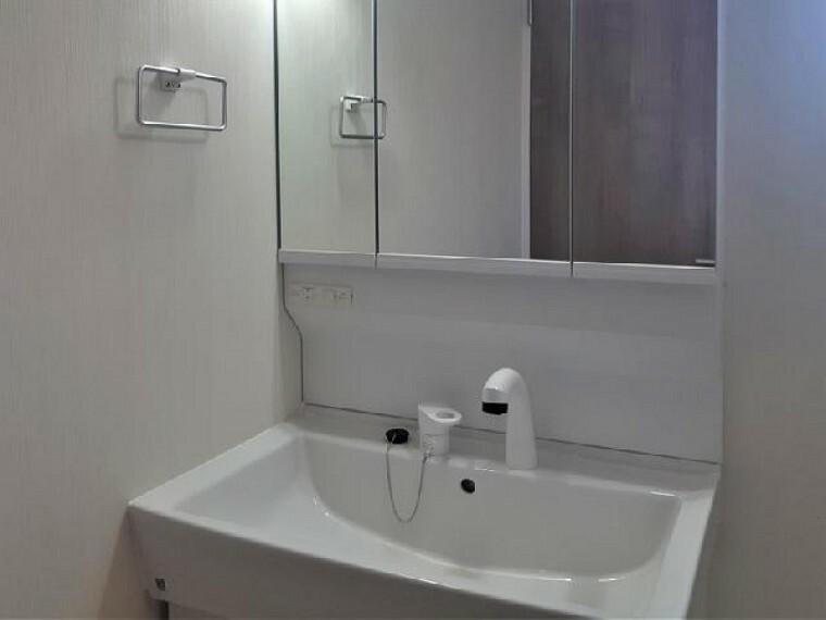 下田島D号棟:洗面(同仕様施工例)・・・三面鏡裏は収納になっているので、細かな物を収納出来ます。