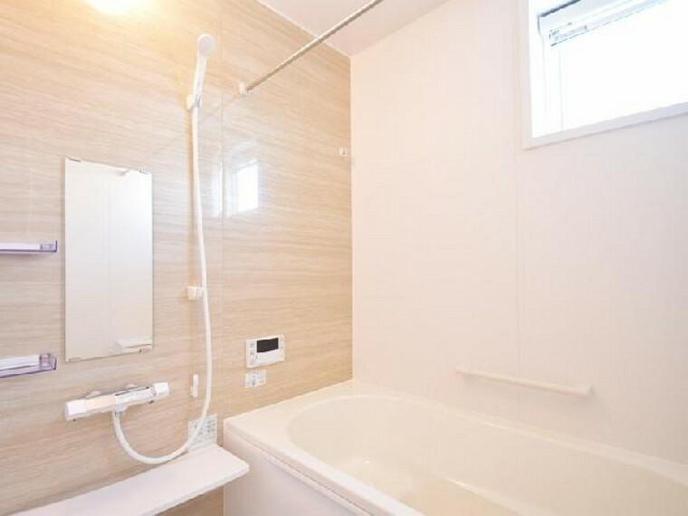 下田島D号棟:浴室(同仕様施工例)・・・浴室は浴室換気乾燥暖房機付きなので梅雨の時期の湿気対策にもなり、これから寒くなる季節には、ヒートショック予防に浴室を温めてから入浴出来ます。