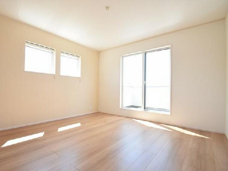 下田島D号棟:主寝室(同仕様施工例)・・・8.5帖の主寝室はベッドを二つ置いてもゆとりある広さです。