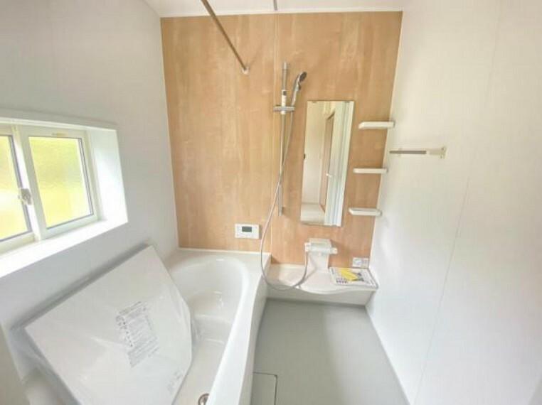 同仕様写真(内観) 【同仕様写真】窓付きで換気ができる清潔なバスルーム。浴槽も洗い場もゆとりがありお子さんと一緒に入れる広さです!奥さんも半身浴をしてゆっくり癒しタイム。