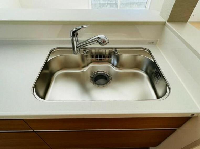【同仕様設備】浄水器付きで毎日おいしいお水をすぐに!飲めます。作業しやすい大きめのシンクは水はねの音や食器が当たる音を軽減する静音仕様。