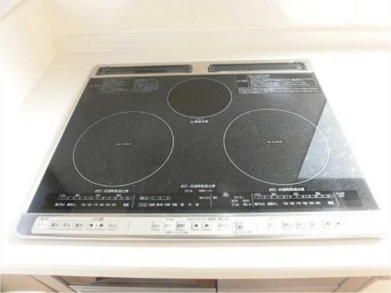 キッチン 【同仕様写真】3口のIHクッキングヒーターですので、同時に料理もでき、お掃除も簡単でいつでも綺麗に使えますよ。収納もスムーズ引出式で、調味料等も入れるスペースあります。