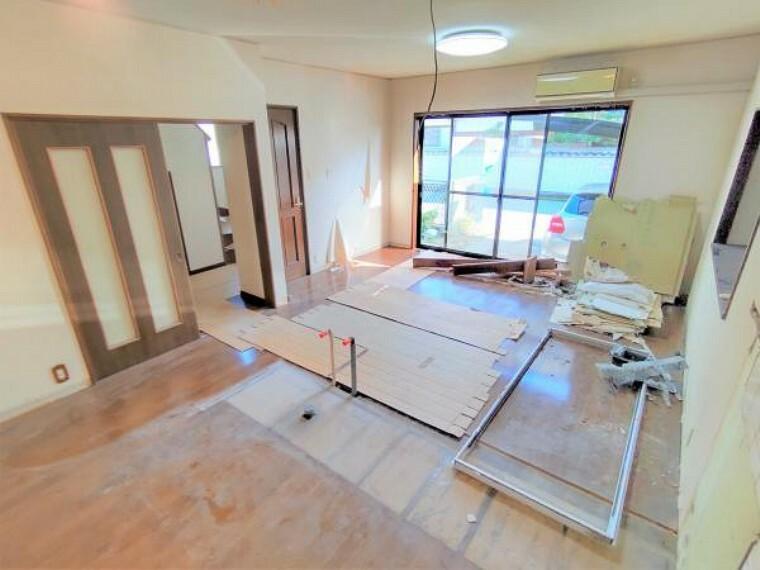リビングダイニング 13帖の南向きLDKは現在キッチン部分を解体した状態です。フローリングの重ね張り、壁・天井のクロス張替えを行います。対面キッチンを新設しますので子育て世代の方にも安心です。